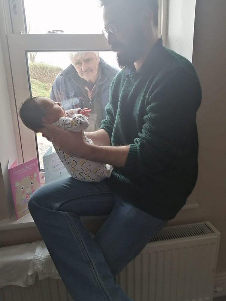 Em meio a distanciamento social, vovô conhece neto recém-nascido e cena emociona