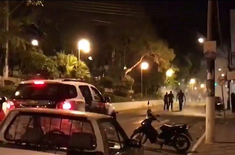 Confusão na Avenida: policiais usam bomba de efeito moral para dispersar torcedores